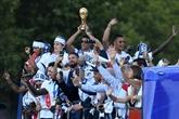 Les Bleus champions du monde acclamés par une foule en délire