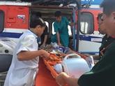 Sauvetage de deux pêcheurs sur lîle de Truong Sa