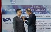 Remise de l'Ordre des Palmes académiques françaises au Professeur agrégé Nguyên Ngoc Diên