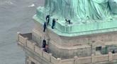 Opposée à la politique anti-immigrés de Trump, une femme gravit la Statue de la Liberté