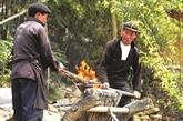 Moulage des socs de charrue des H'mông à Hà Giang