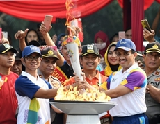 La flamme des ASIAD 2018 arrive à Jakarta pour la cérémonie douverture
