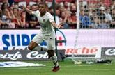Le Paris Saint-Germain vacille mais gagne grâce à Mbappé à Guingamp