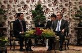 Nguyên Thiên Nhân reçoit une délégation de l'Association d'amitié Laos - Vietnam