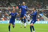 Angleterre: Chelsea ne flanche pas, un trio en tête