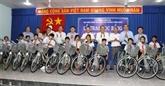 Le vice-Premier ministre Truong Hoà Binh rend visite aux familles et étudiants pauvres