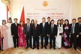Nguyên Phu Trong se rend à l'ambassade du Vietnam en Hongrie