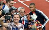 Bain de foule et de selfies pour les Bleus à Clairefontaine