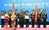 Le Laos décore des officiers de l'Armée populaire du Vietnam