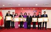 Remise de l'Ordre d'Isala du Laos à l'Agence Vietnamienne d'Information