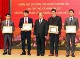 Remise des distinctions honorifiques de l'État laotien au cabinet du CC du PCV