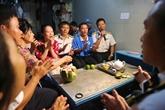 Remise de cadeaux du Têt aux habitants et aux soldats sur l'île de Song Tu Tây