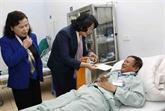 La vice-présidente Dang Thi Ngoc Thinh offre des cadeaux à des patients démunis