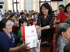 La vice-présidente de la République rend visite aux personnes démunies