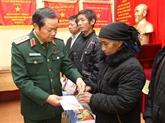 Têt traditionnel: cadeaux pour les soldats et les personnes dans le besoin à Lào Cai
