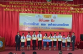 La société d'assurance LAP remet des bourses à des étudiants laotiens