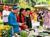 Des touristes étrangers font lexpérience du Têt vietnamien