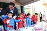 Têt: cadeaux à des personnes en difficulté à Hoa Binh