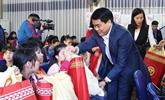 Les autorités de Hanoï offrent des cadeaux du Têt