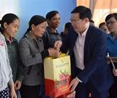 Le vice-Premier ministre Vuong Dinh Huê rend visite à des travailleurs à Kon Tum