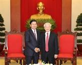 Le secrétaire général du Parti et président Nguyên Phu Trong reçoit le PM laotien