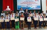 Remise de 110 bourses d'études à des élèves en difficulté à Phu Yên