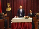 Le vice-Premier ministre Truong Hoa Binh rencontre des Vietnamiens en Bulgarie