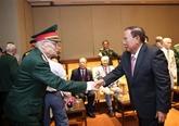 Un dirigeant laotien rencontre d'anciens soldats volontaires et experts vietnamiens au Laos
