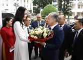 Le président de la Chambre basse kazakh visite l'Université de Hanoï