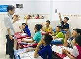 Un ouvrier donne des cours gratuits aux enfants défavorisés