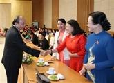 Le Premier ministre rencontre des femmes députées à Hanoï