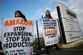 Des militants écolos bloquent un entrepôt d'Amazon près de Paris