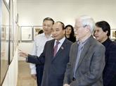Le Premier ministre visite l'exposition du peintre Ngô Manh Lân à Hanoï