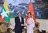 Nguyên Xuân Phuc s'entretient avec Aung San Suu Kyi