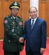 Le Premier ministre vietnamien reçoit les ministres laotien et cambodgien de la Défense