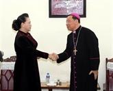 La présidente de l'AN, Nguyên Thi Kim Ngân, félicite Noël à l'archevêque de Hanoï