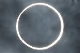 Les astronomes amateurs admirent une éclipse