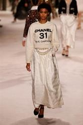 Chanel célèbre les métiers d'art dans un défilé intimiste à Paris