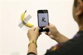 Un artiste vend une banane 120.000 dollars, un autre la mange
