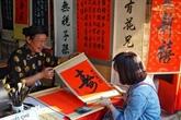 Demander une calligraphie, une coutume des Vietnamiens