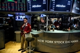 Wall Street finit en ordre dispersé, entre commerce et