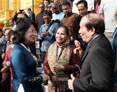 Dang Thi Ngoc Thinh reçoit des poètes et écrivains étrangers
