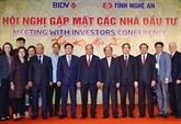 Le Premier ministre Nguyên Xuân Phuc rencontre des investisseurs à Nghê An
