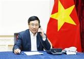 Pham Binh Minh en conversation téléphonique avec le ministre malaisien des AE