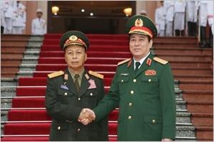 Une délégation de lArmée populaire du Laos visite le Vietnam