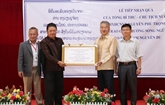 Remise de cadeaux de Nguyên Phu Trong à une école au Laos