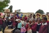 Une délégation de diplomates vietnamiens offre des cadeaux aux enfants au Lesotho