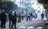 À Alger, malgré la tension, des manifestants tentent de fraterniser avec la police