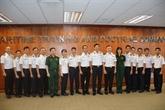 Le voilier 286/Lê Quy Dôn échange avec des officiers de la Marine singapourienne
