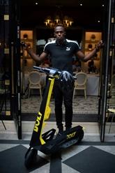 Usain Bolt lance des trottinettes électriques à Paris